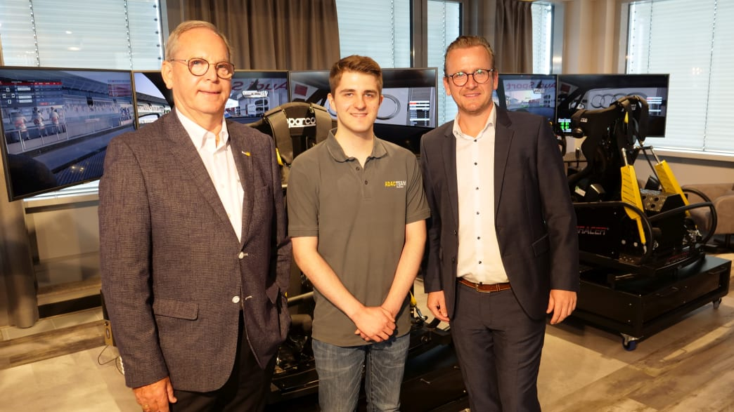 Peter Meyer (v.l.), Vorstandsvorsitzender ADAC Nordrhein, Sim-Racer Leon Harhoff und Lounge-Betreiber Marc Sareika