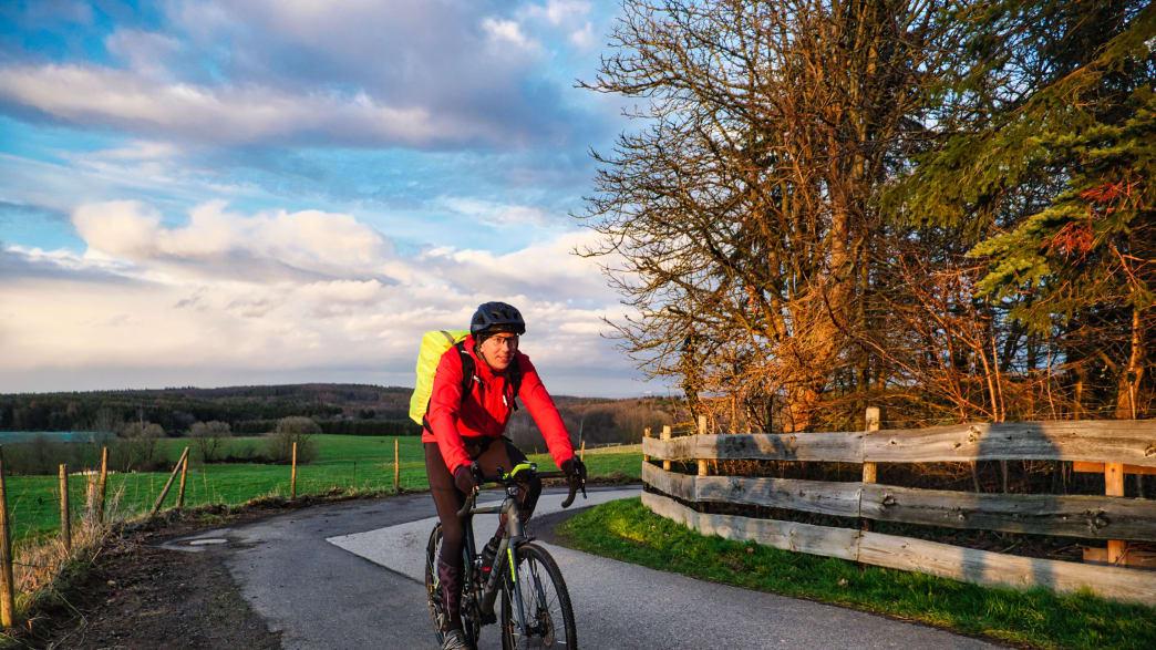 Radfahrer Matthes Heise auf seinem täglichen Arbeitsweg bei Rheinbach in der Voreifel