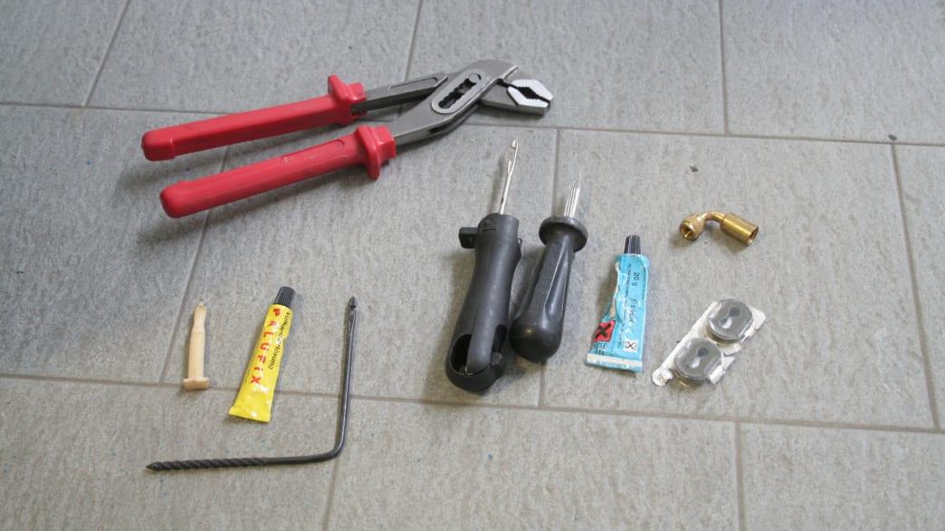 Werkzeuge zum Reparieren eines Motorradreifens