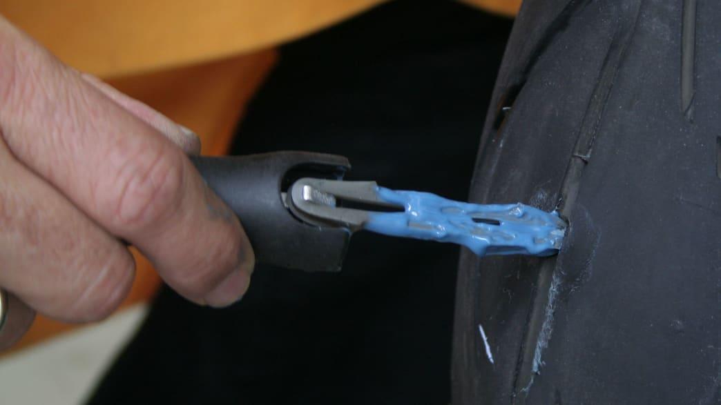 Reparaturkörper wird in den kaputten Reifen eingeschoben