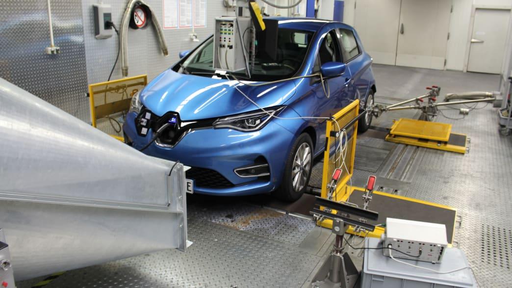 Ein blauer elektronischer Renault Zoe im Landsberger Testzentrum auf dem Prüfstand