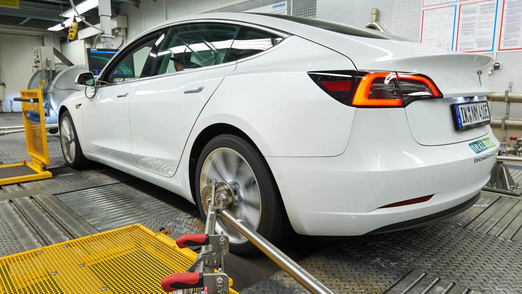 weisser Tesla Model 3 auf dem Prüfstand