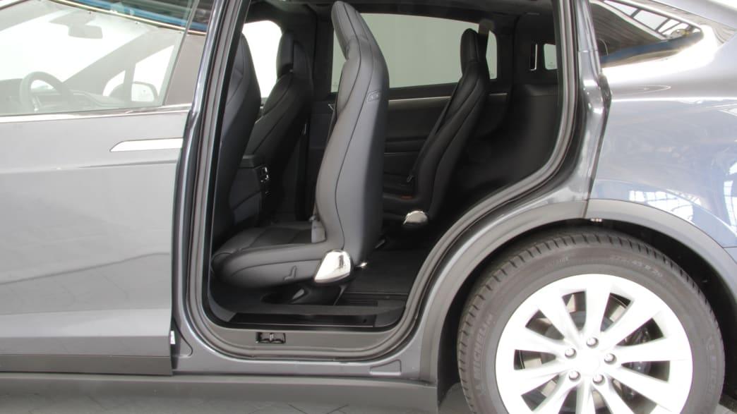 Der Einstig durch die hintere Autotür in das Elektroauto Tesla Model X