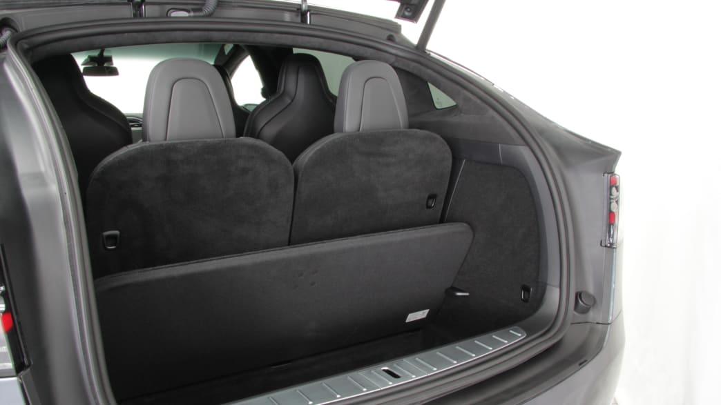 Der offene Kofferraum des Elektroautos Tesla Model X