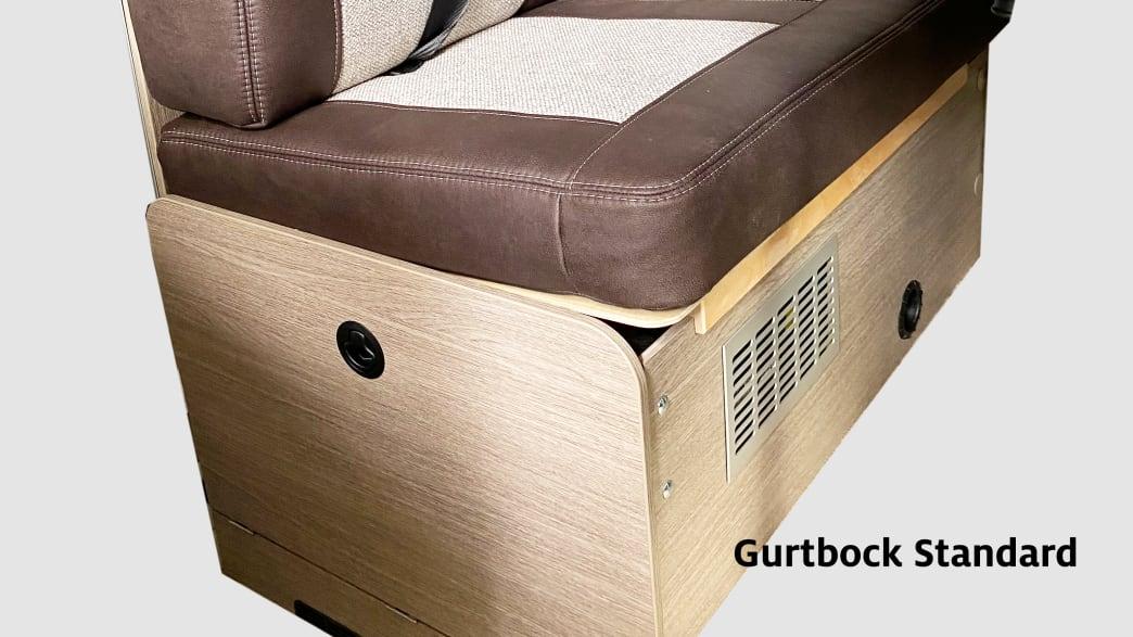 Rückbank aus Holz in einem Wohnwagen