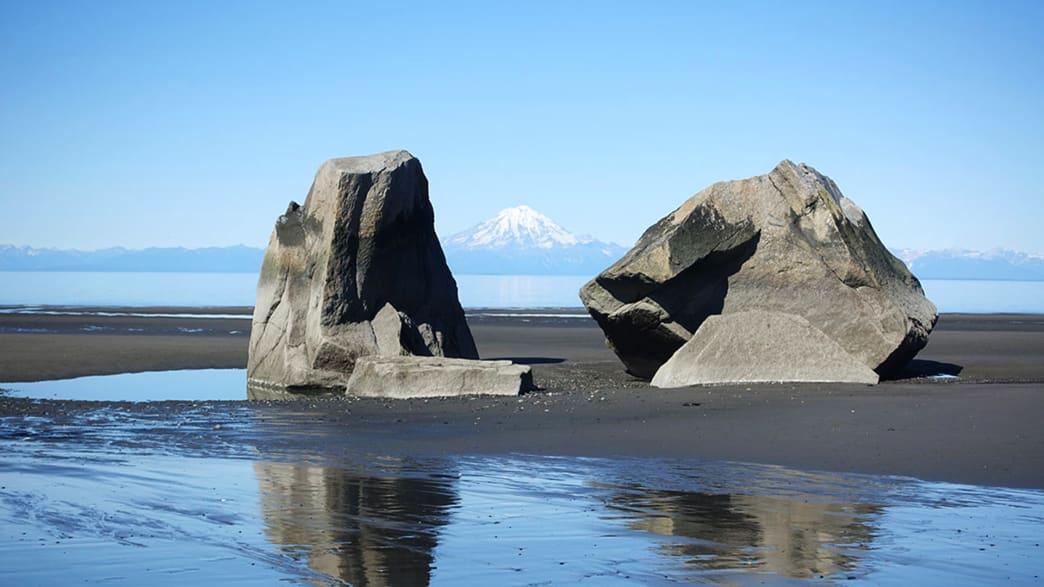 Strand bei Glam Gulch auf Kenai – im Hintergrund ein Vulkan des Lake Clark Nationalparks