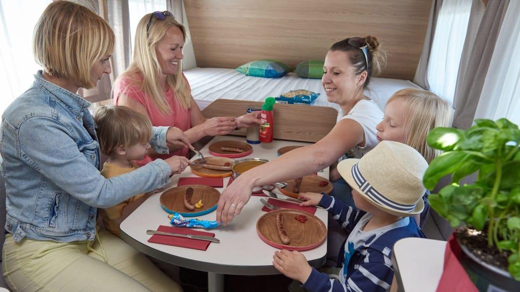 Familie beim Essen im LMC Sassino 470K