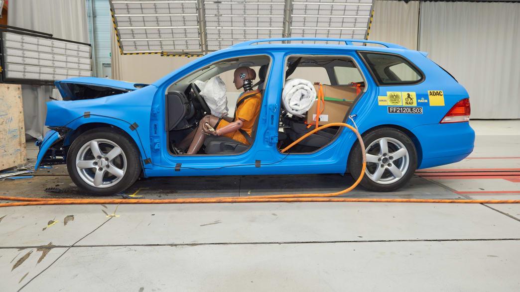 Das Versuchsauto mit der gut gesicherten Ladung nach dem Crashtest Gepäcksicherung