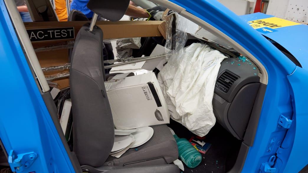 Blick auf den Beifahrersitz nach dem Crashtest Gepäcksicherung.