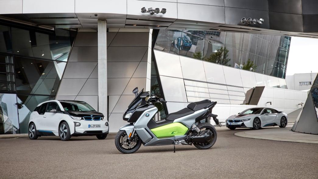 BMW C evolution stehend vor der BMW Welt