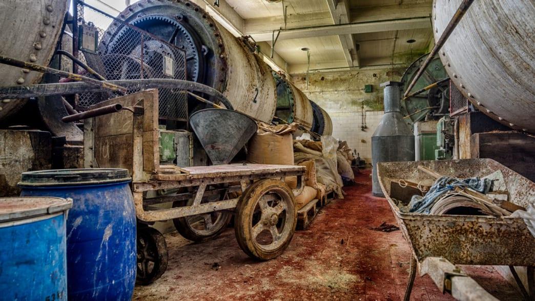 Halle einer verlassenen Porzellanfabrik