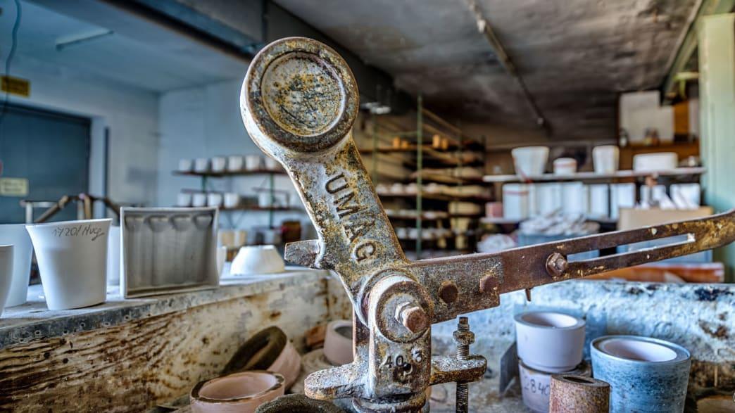 Nahaufnahme von einem alten Gerät in einer verlassenen  Porzellanfabrik
