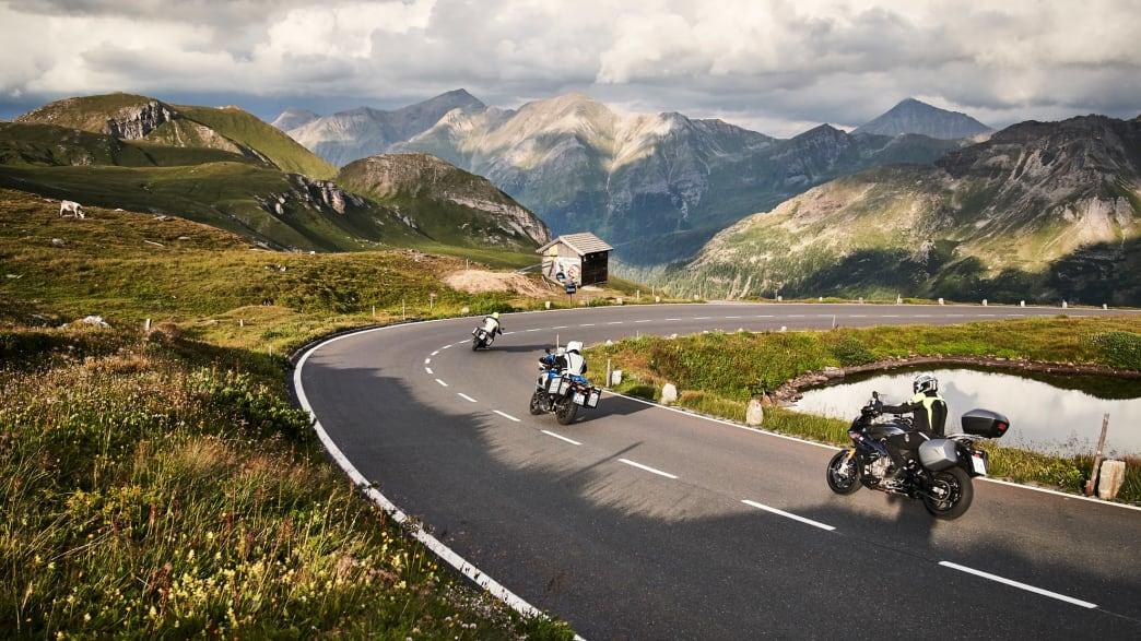 Drei Motorräder fahren die Hochalpenstrasse am Großglockner hinunter