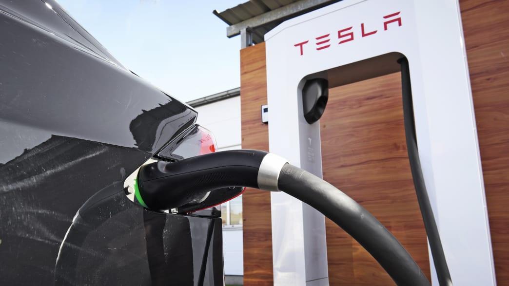 Tesla Model X an der Elektrotankstelle