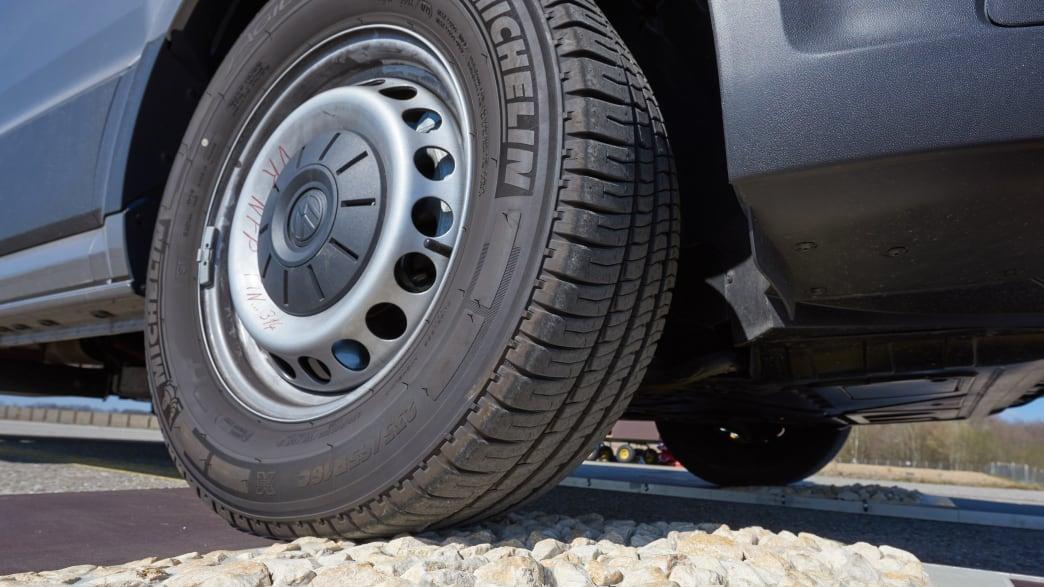 Nahaufnahme des Hinterreifen eines VW Grand California 600