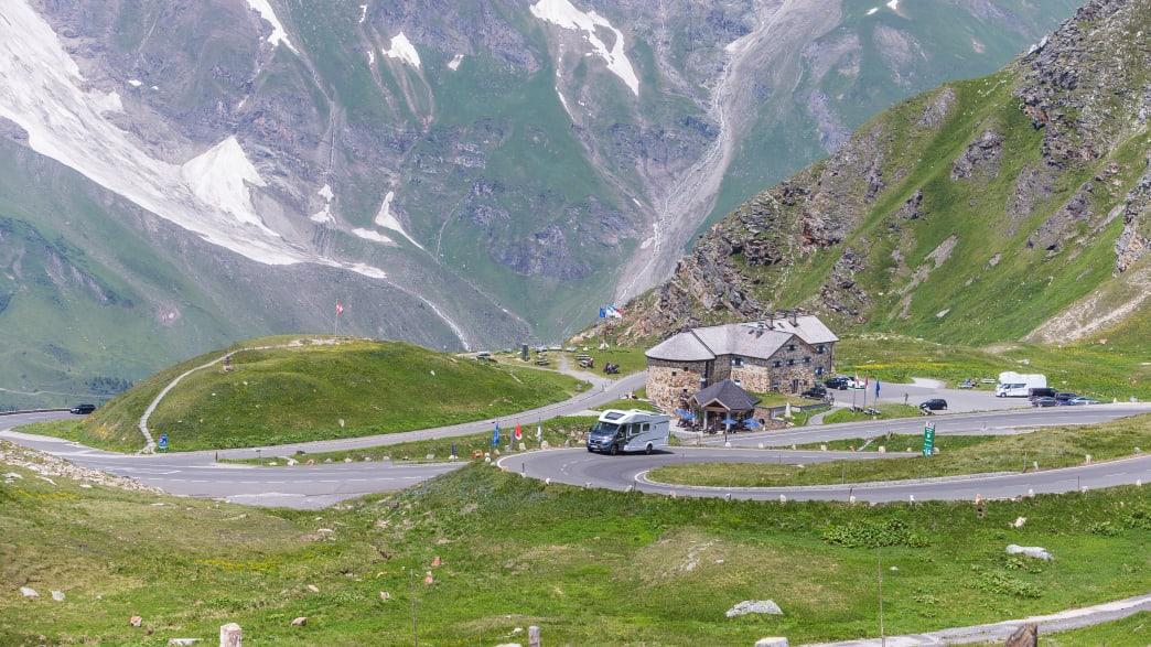 Camper fährt auf Großglockner Alpenstrasse