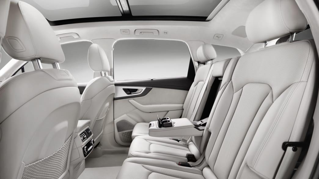 Das Innere, die hintere weiße Sitzbank von einem Audi Q7