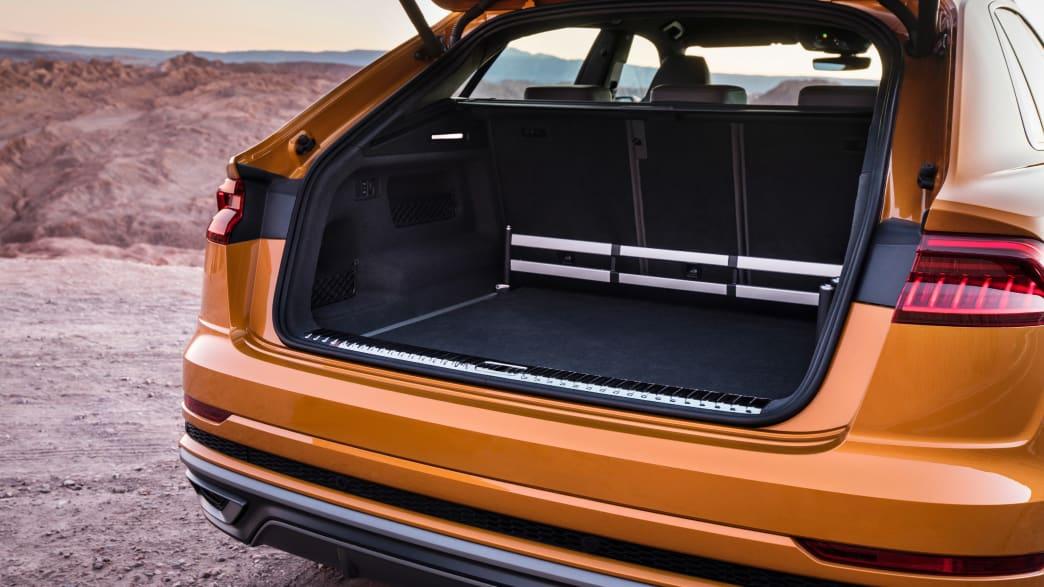 Der offene Kofferraum eines Audi Q8 Coupe in Drachenorange