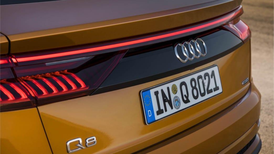 Das Heck eines Audi Q8 Coupe in Drachenorange