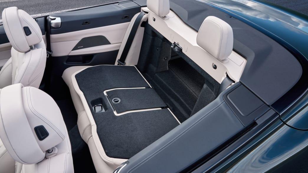 Die umgeklappte Rückbank eines BMW 4er Cabrio