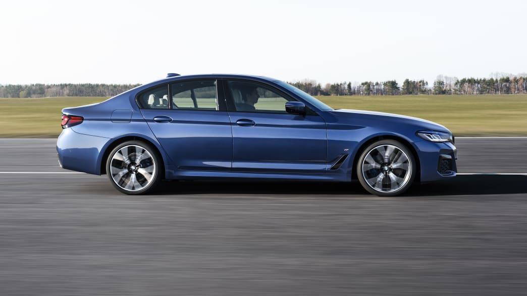 BMW 5er fahrend von der Seite