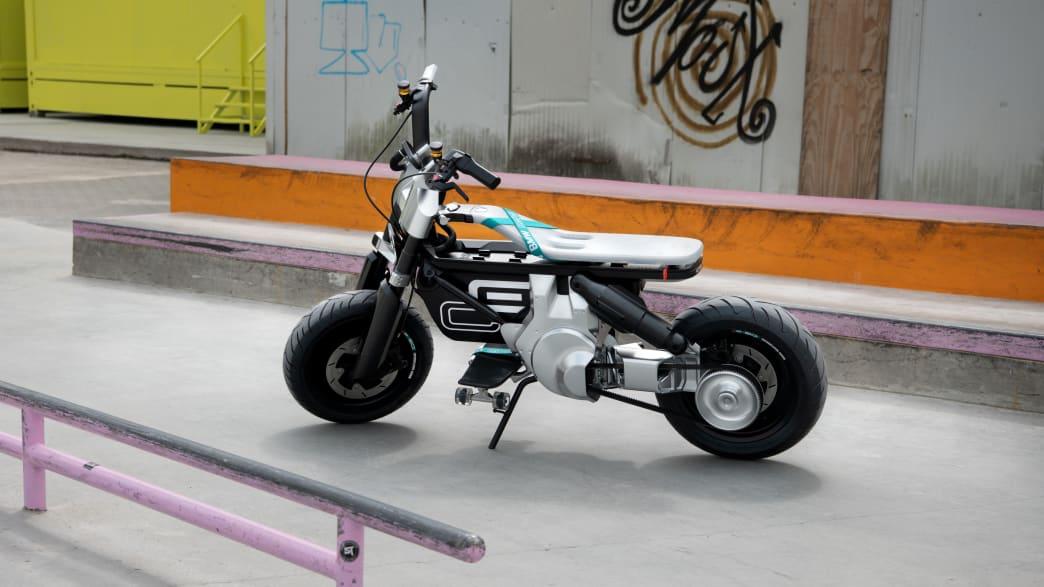 Ein kleines Motorrad steht in einer Halle