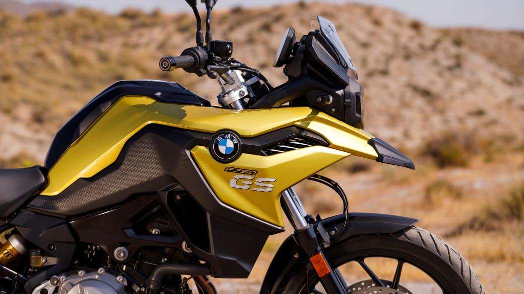 der Schnabel der gold-gelben BMW F750 GS von der Seite