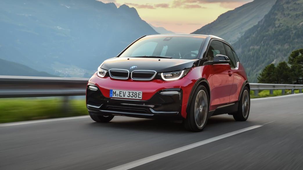 schwarrz-roter BMW i3S 2019 faehrt durch Landschaft