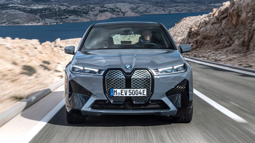 Frontansicht eines fahrenden BMW iX