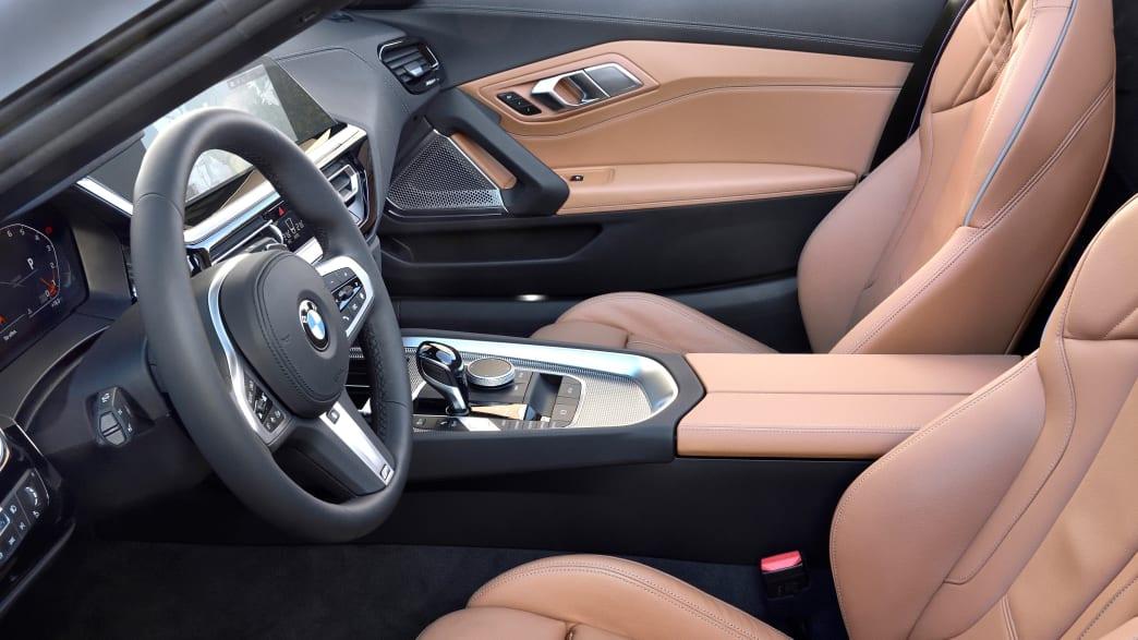 Blick auf den vorderen Innenraum des BMW Z4 Models von 2018
