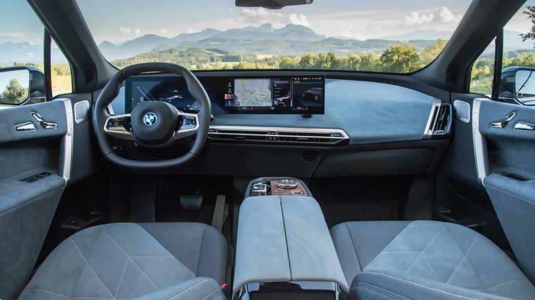 Das schwarzgraue Cockpit des ersten BMW iX