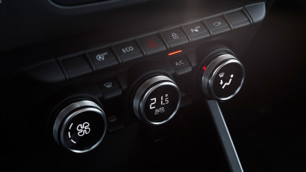 Knöpfe im Cockpit eines Dacia Duster