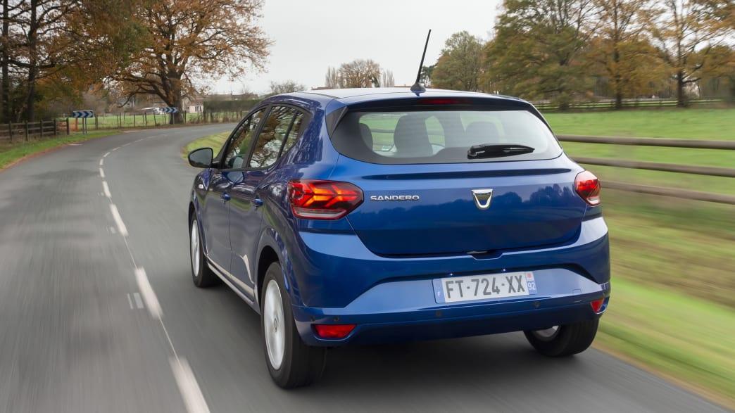 Dacia Sandero fahrend von hinten