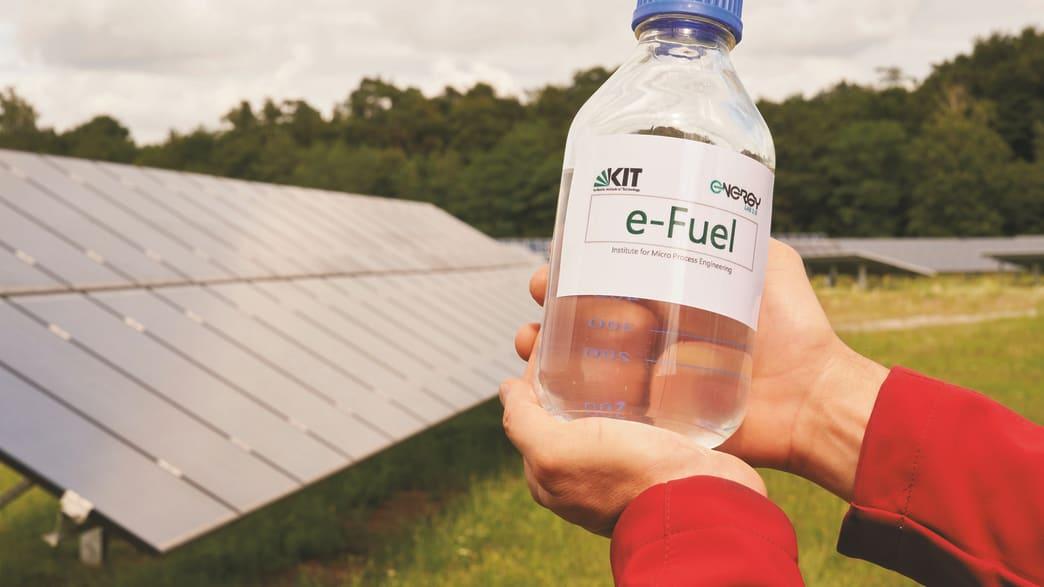 Eine Flasche E-fuel