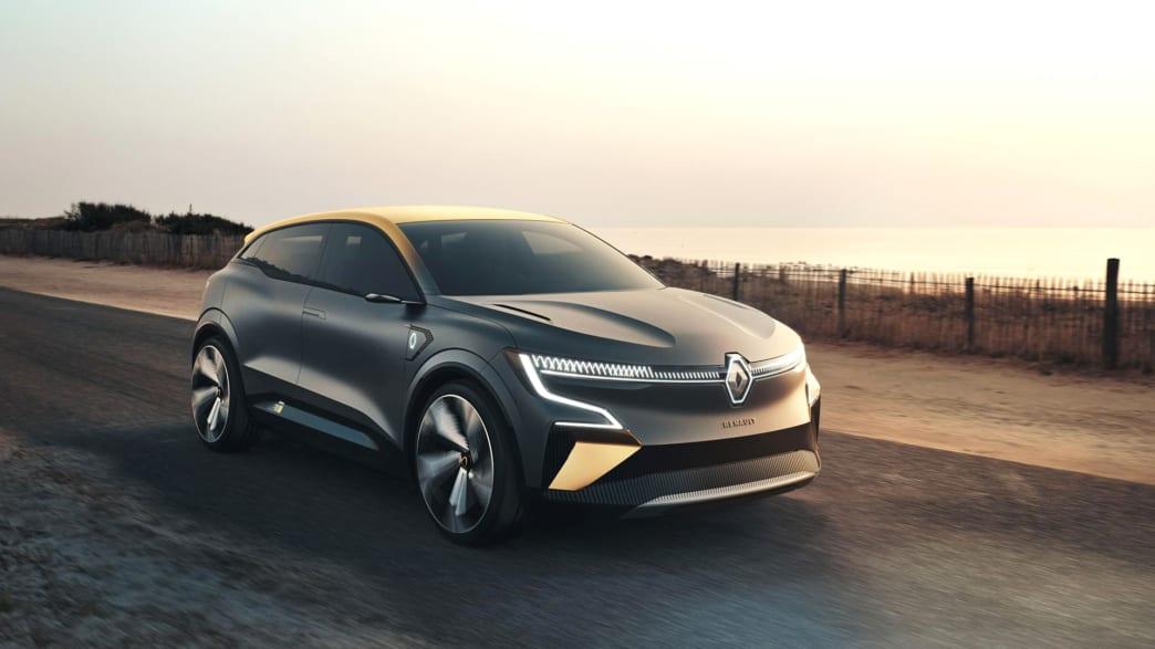 Seiten und Frontansicht eines fahrenden Renault Megan E-Vision