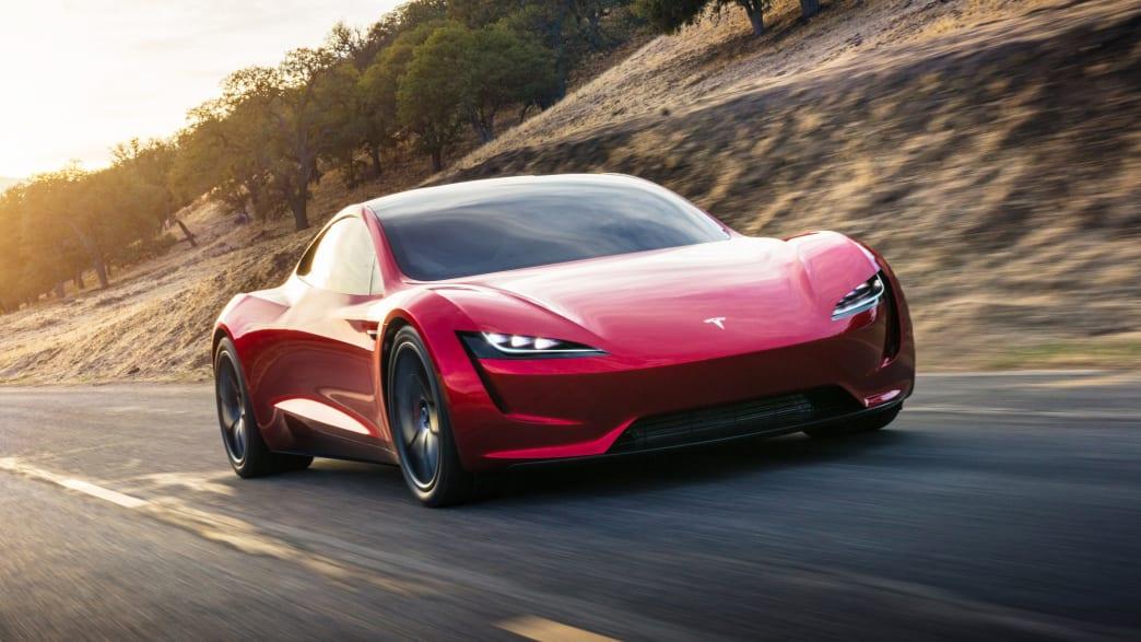 Frontansicht eines fahrenden Tesla Roadster