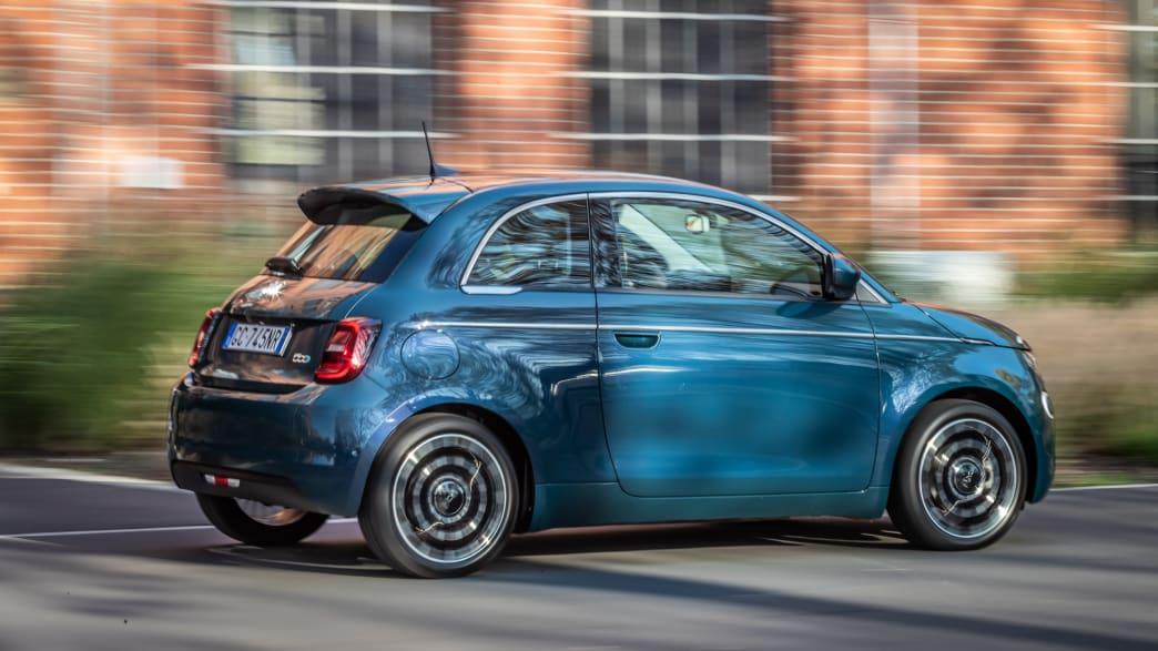 Fiat 500e fahrend auf einer Straße