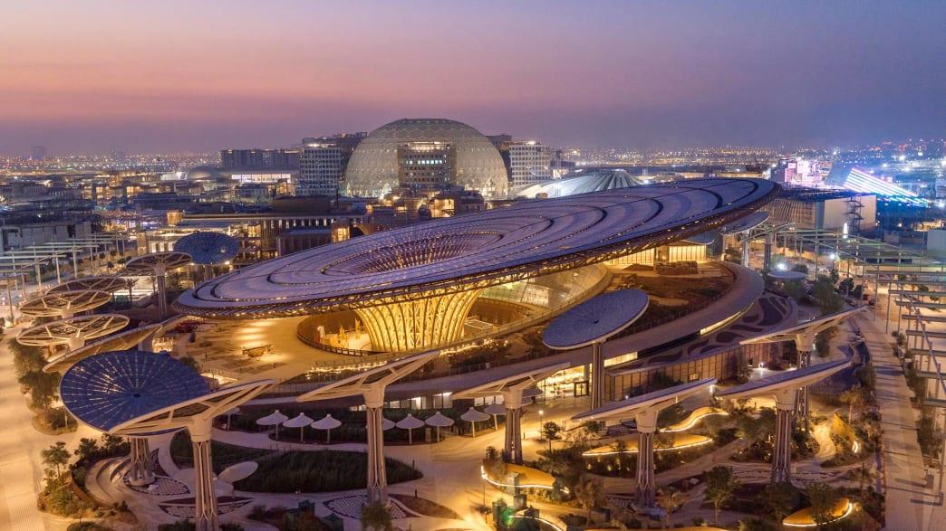 Blick auf das beleuchtete, gesamte Gelände der Expo2020 in Dubai am Abend