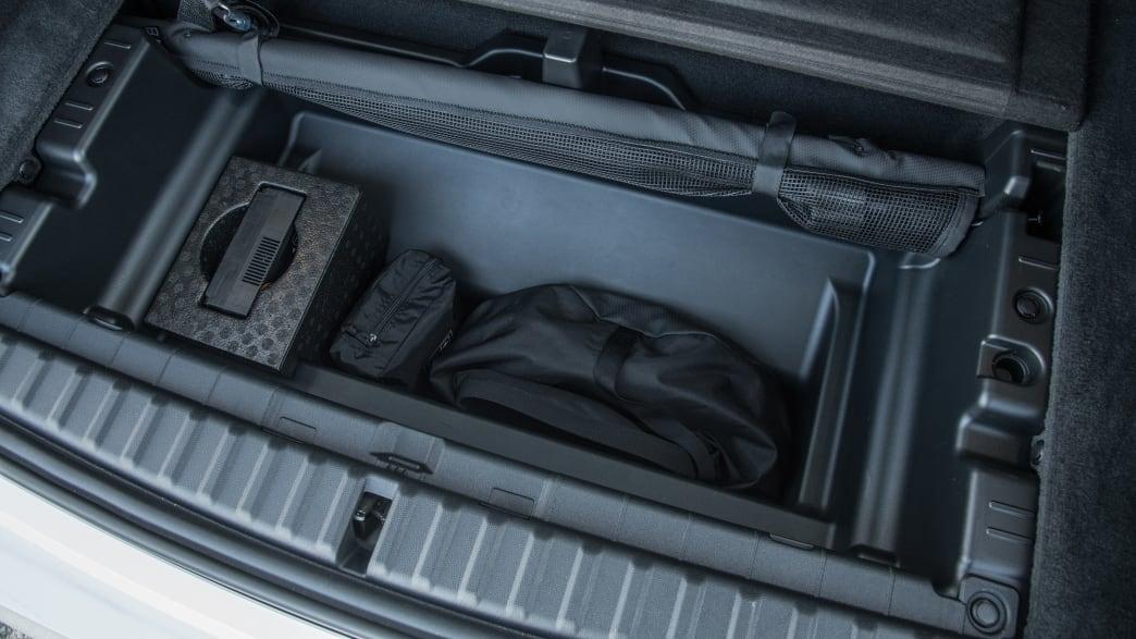 Das Fach im Kofferraumboden des ersten BMW iX