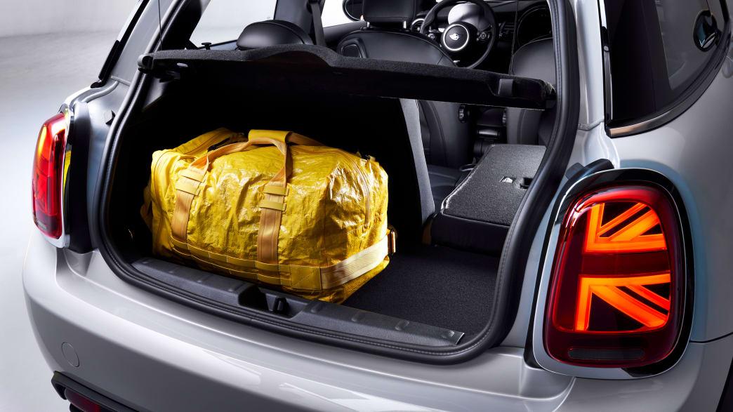 Kofferraum eines silbernen BMW Mini Cooper SE