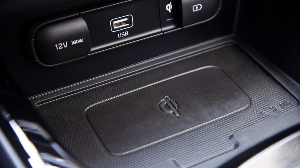 Handyablage im Cockpit eines Kia E-Soul