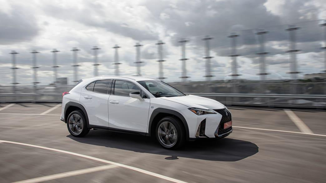 weisser Lexus UX faehrt auf einer Strasse