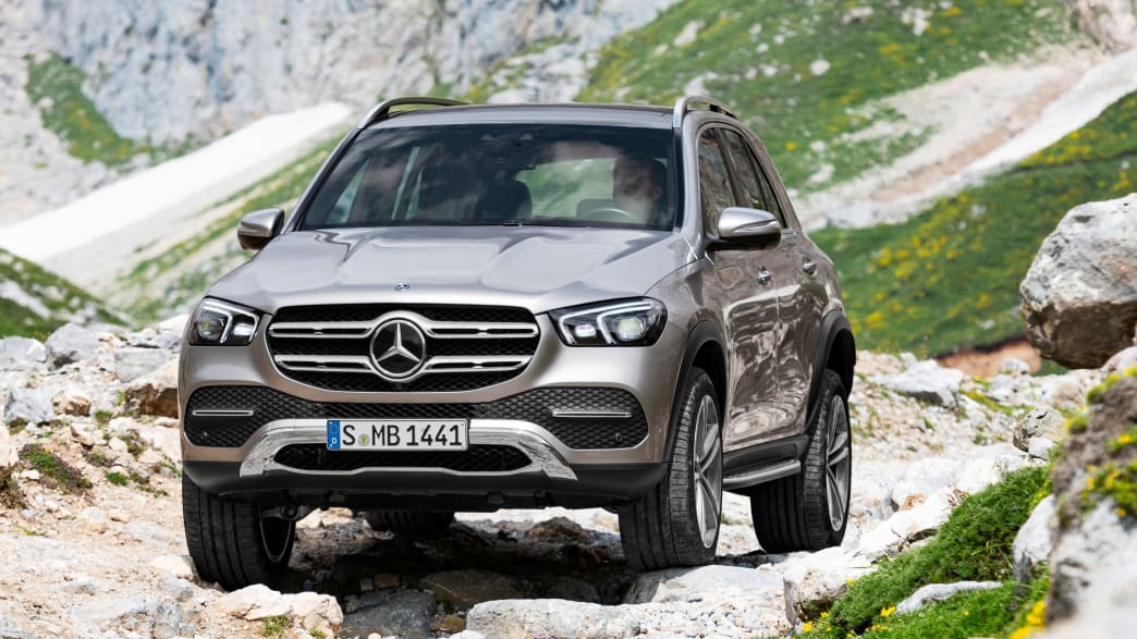 Silberner Mercedes GLC F-Cell steht in Gelaende