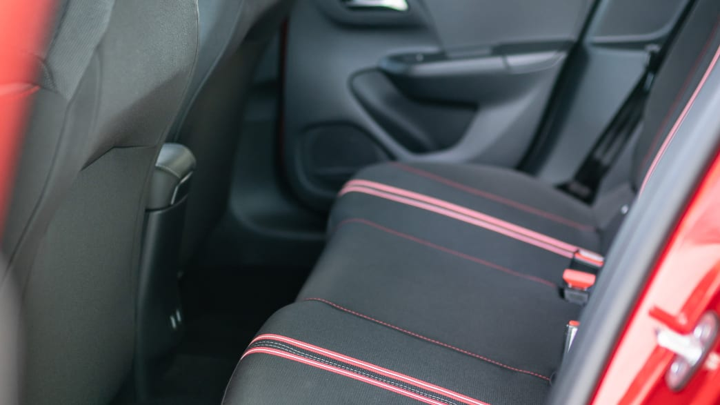 Rueckbank eines roten Opel Corsa
