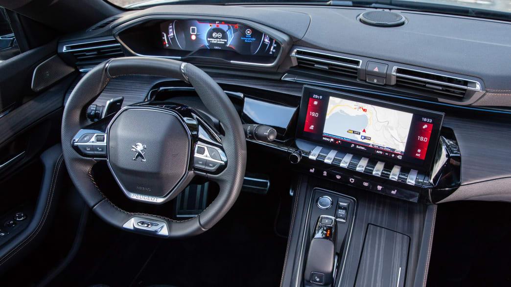 Cockpit eines Peugeot 508