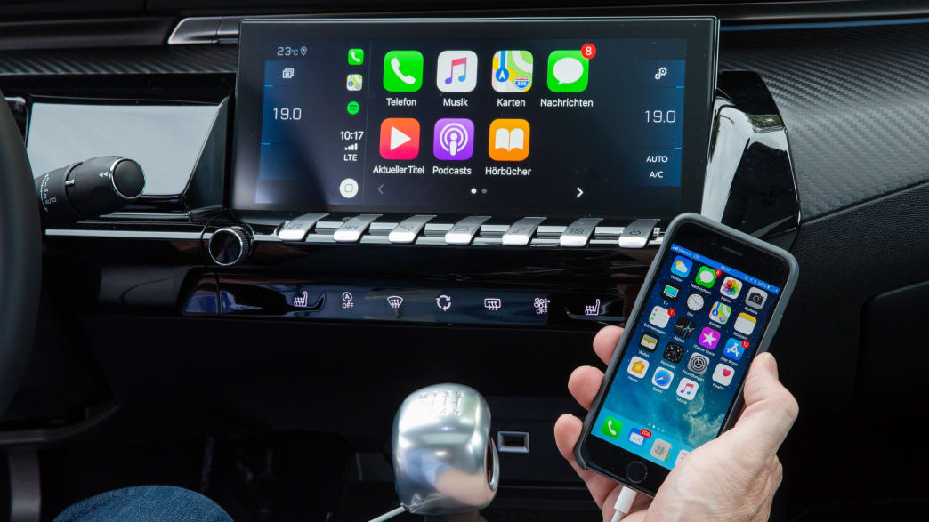 Display eines Peugeot 508 mit Smartphone