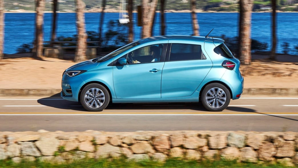 blauer Renault Zoe faehrt auf Strasse
