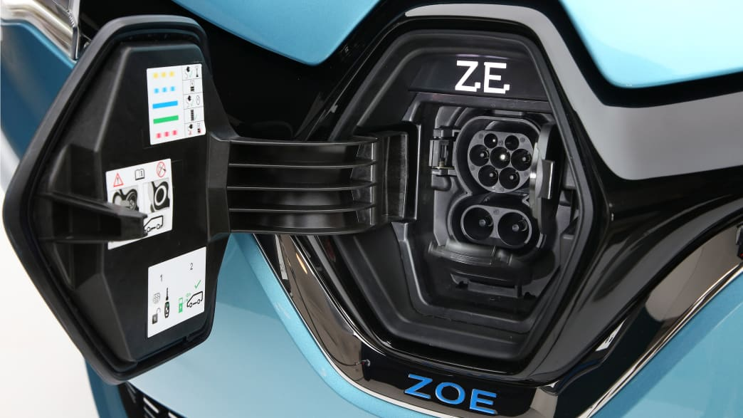 Ladestecker eines blauen Renault Zoe