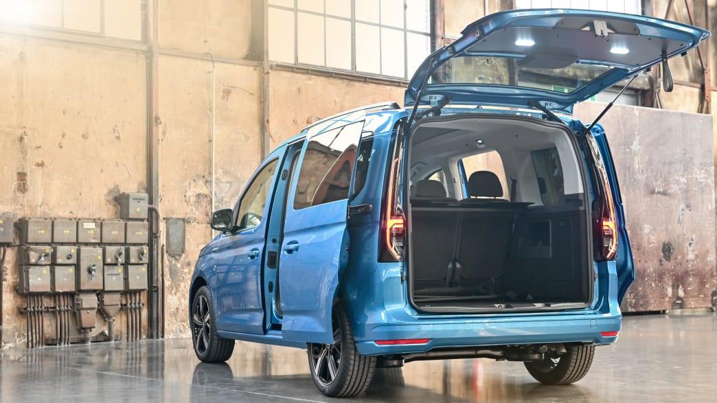 Geöffneter Kofferraum eines blauen VW Caddy Life
