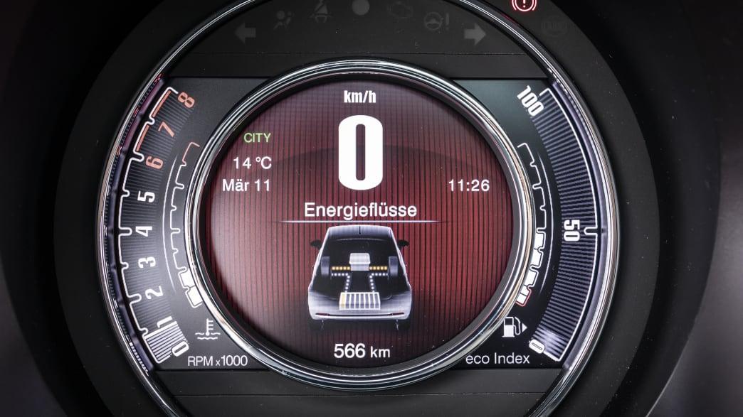 Tacho eines Fiat 500 Hybrid